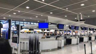 空港のチェックインカウンター