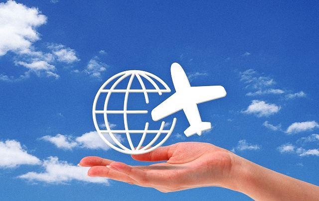 手の上に乗る地球と飛行機